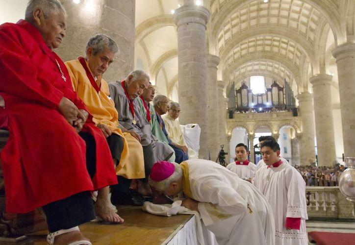 El Arzobispo de Yucatán lavó y besó los pies de 12 fieles. (SIPSE)