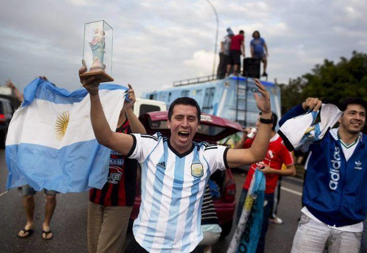 Argentinos celebraron el pase a la final de la Copa del Mundo, hazaña que no sucedía desde 1990. (AP)