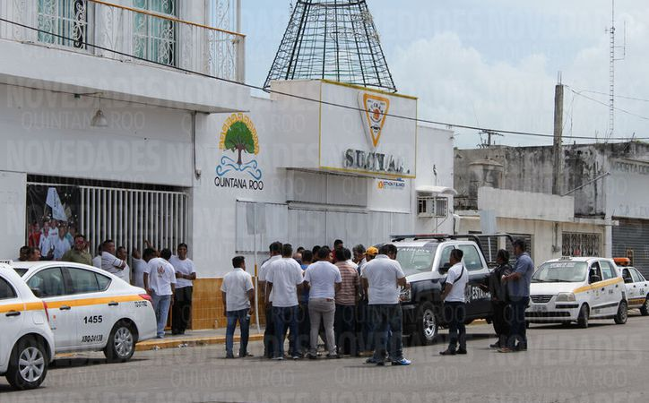 """Los manifestantes desconocieron"""" a Sergio Cetina Valle y exigieron su renuncia de manera inmediata. (Foto: Joel Zamora/SIPSE)."""