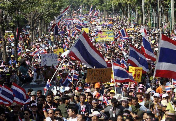 Manifestantes antigubernamentales en Tailandia salen a las calles de Bangkok para exigir al Gobierno interino la cancelación inmediata de los comicios cuya votación anticipada comenzó este domingo. (Internet)