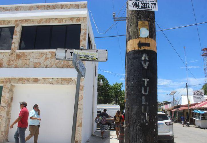 Los nombres fueron colocados en los postes de energía eléctrica. (Sara Cauich/ SIPSE)
