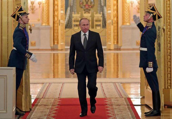 Putin dijo que Moscú no prohibirá a las familias de los diplomáticos estadounidenses en Rusia el uso de destinos turísticos en el país, incluso aseguró que está invitando a todos ellos a la celebración del Año Nuevo en el Palacio del Kremlin. (Mikhail Klimentyev/Sputnik, Kremlin Pool Photo via AP)