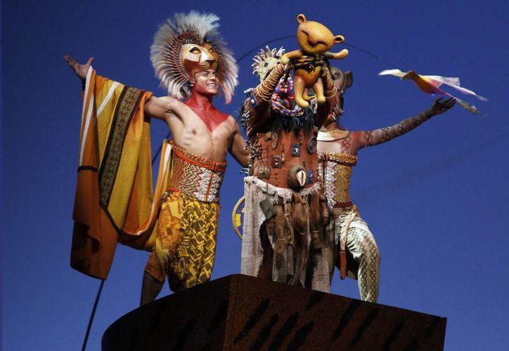 El cantante Carlos Rivera quien da vida a <i>Simba</i>, en el musical <i>El rey león</i>, sufrió un esguince de tercer grado durante la función de ayer, en la Ciudad de México. (Notimex)