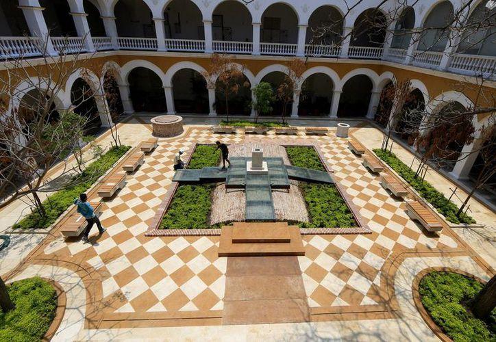 Un grupode personas trabaja en el memorial fúnebre que se erigió en el patio central del Claustro de la Merced de Cartagena, en Colombia, para alojar a partir de este domingo, las cenizas del fallecido escritor colombiano y premio Nobel de literatura, Gabriel García Márquez. (EFE)
