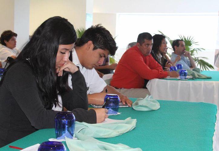 La mayoría de los jóvenes de entre 18 y 27 años de edad acuden a la dependencia para consolidar empresas enfocados a las tecnologías de la información. (Sergio Orozco/SIPSE)