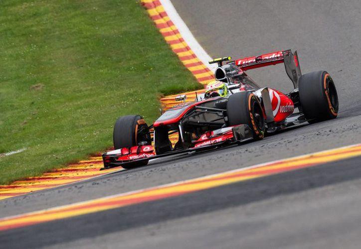 El auto de Sergio Pérez durante durante el Gran Premio de Bélgica, donde el mexicano salió sancionado. (Agencias)