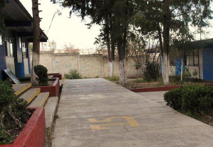 Pasillos de la Secundaria donde dicen que aún se manifiesta el fantasma de un estudiante que murió de leucemia. (Jorge Moreno/SIPSE)