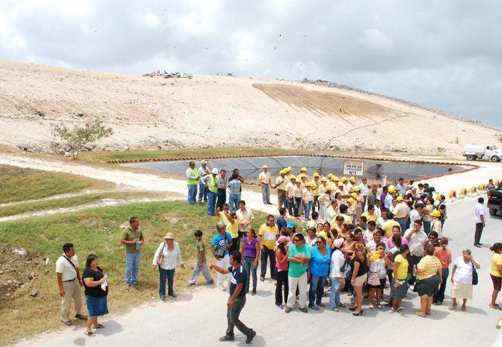 Las toneladas de basura quedaron sepultadas con tierra y sascab. (Tomás Álvarez/SIPSE)