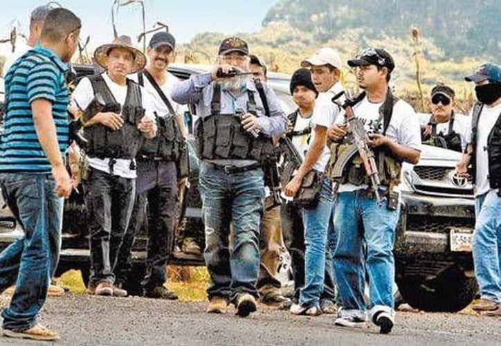 Estanislao Beltrán (c) coordinó la entrada de los civiles armados, quienes se trasladaron en decenas de vehículos. (Milenio)