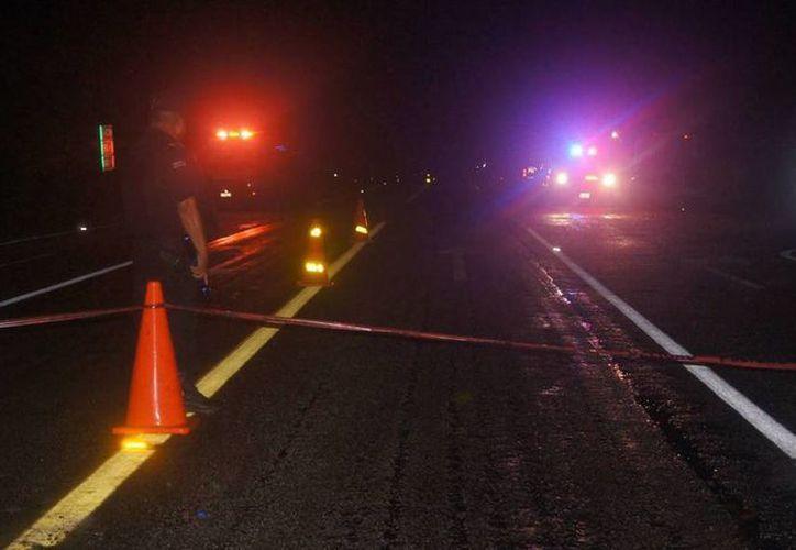 Atropellan y matan a una persona de la tercera edad en la autopista Mérida-Valladolid. Imagen de contexto del cierre de una carretera de Yucatán por un accidente vial. (Archivo/SIPSE)