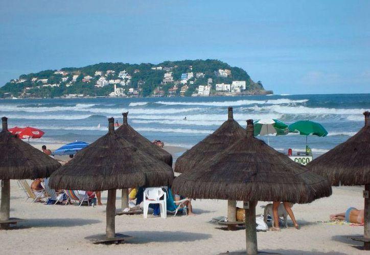 La playa de Guaruja fue escenario de un hecho trágico: la muerte de una mujer a causa de un rayo. (panoramio.com)
