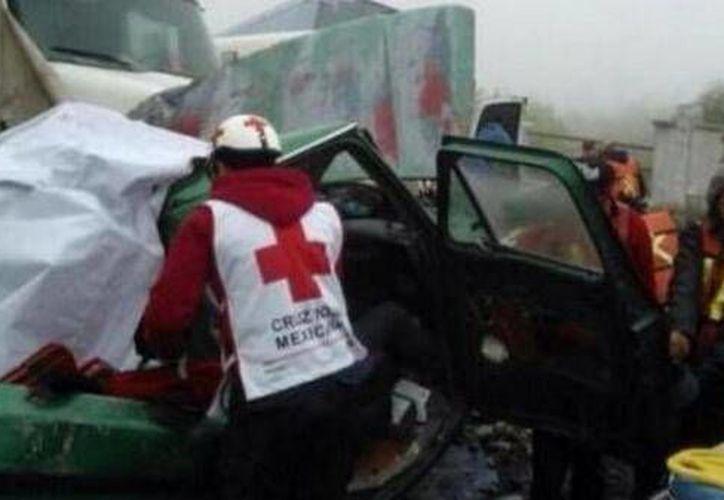 Paramédicos trabajan en el rescate de los heridos tras el choque múltiple en la carretera Saltillo-Monterrey. (@Foro_TV)