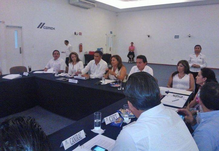 En la reunión, empresarios del CCE manifestaron su inconformidad y pidieron a los tres senadores por Yucatán definir su postura al respecto. (Cortesía)
