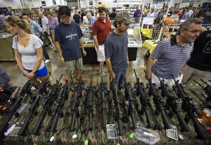 Rifles semiautomáticos son exhibidas para su venta en la Muestra Nacional de Armas en el Centro de Exposiciones Dulles de Chantilly, Virginia. (Archivo/EFE)