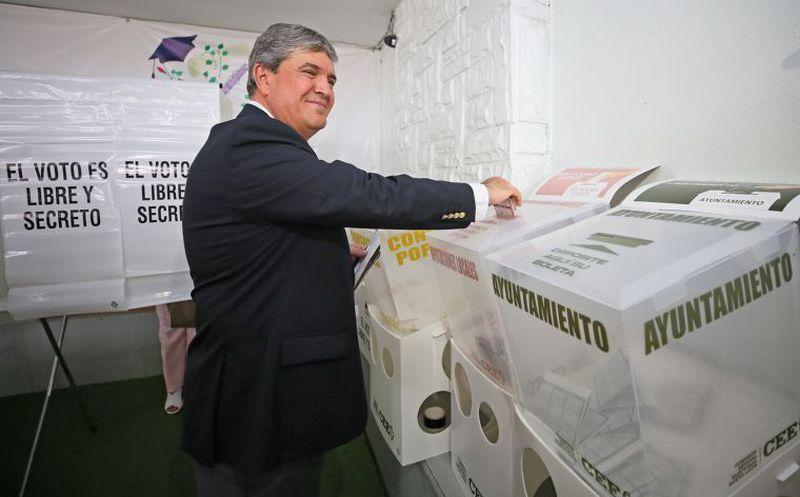 El Gobernador interino de Nuevo León, Manuel González Flores, emitió su voto a las 8 de la mañana. (El Economista)
