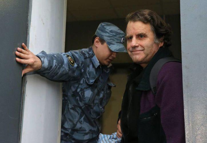 El estadunidense Peter Willcox al salir de la prisión rusa. (Agencias)