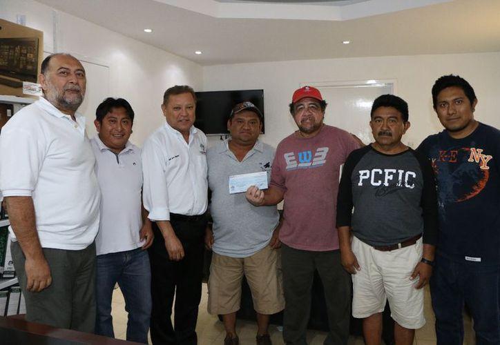 El alcalde entregó el apoyo al comité de palqueros. (Raúl Balam/SIPSE)