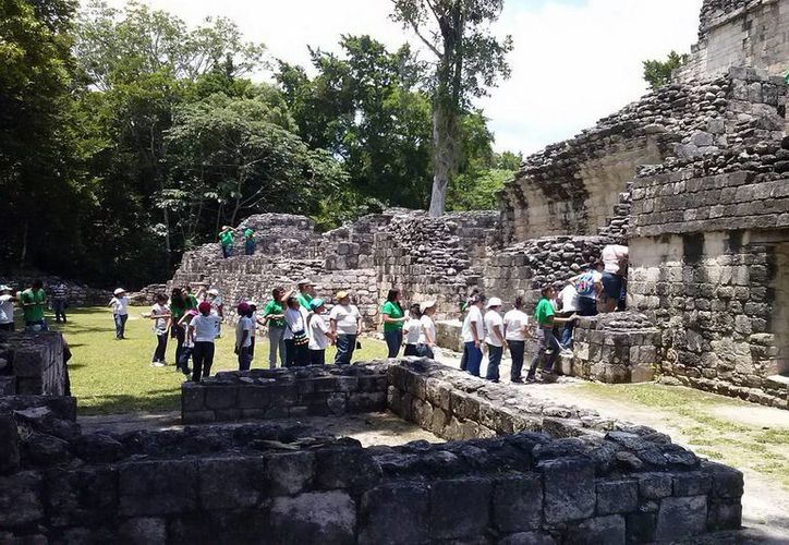 Durante la visita recibieron información especializada en torno a la arquitectura prehispánica. (Redacción/SIPSE)