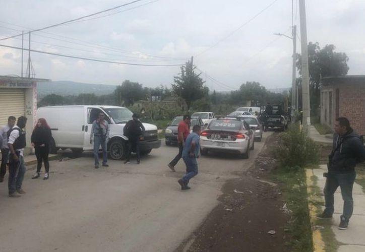 Pobladores del municipio de Cuautlacingo acorralaron y casi linchan a dos policías que fueron a realizar una detención. (Twitter)