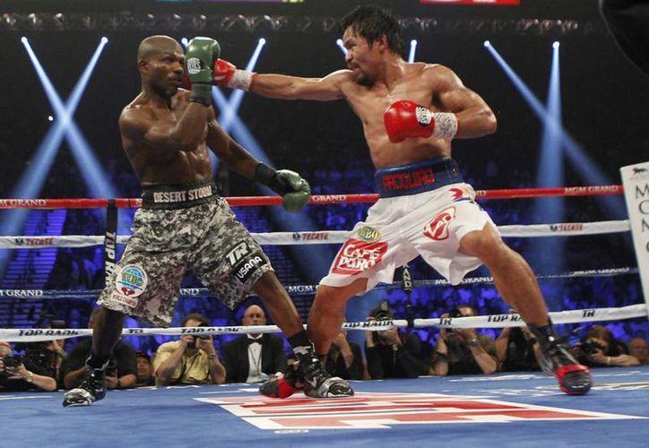 La pelea más reciente de Manny Pacquiao (d) fue en abril, cuando venció a Timothy Bradley en Las Vegas. (Archivo Notimex)