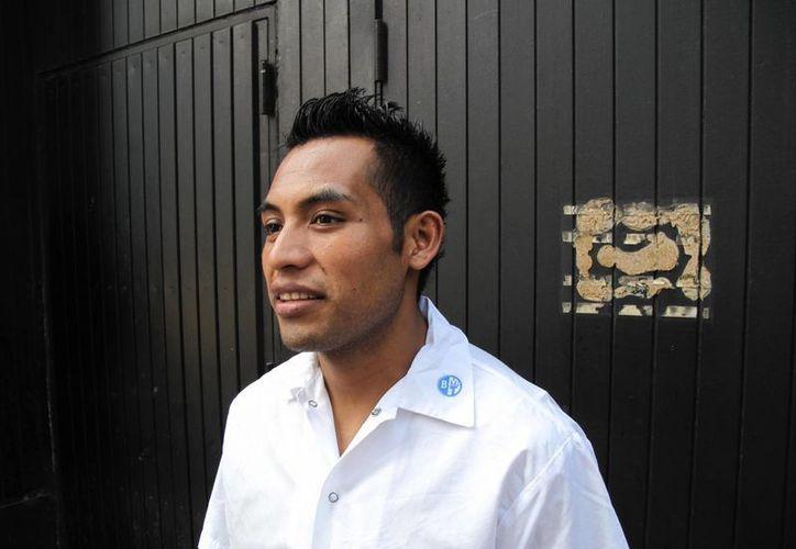 Patricio Zúñiga, un inmigrante mexicano sin papeles, posa cerca del restaurante donde friega platos en Manhattan. (Agencias)