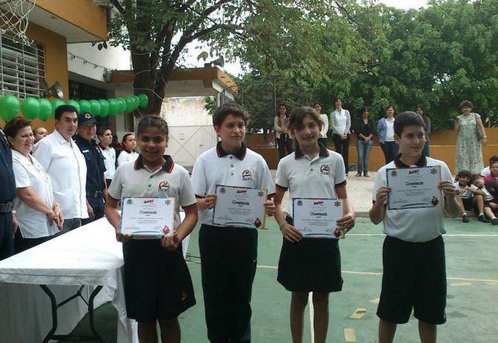 Cien alumnos del Colegio Iberoamericano se graduaron en el programa preventivo DARE. (Foto: cortesía)