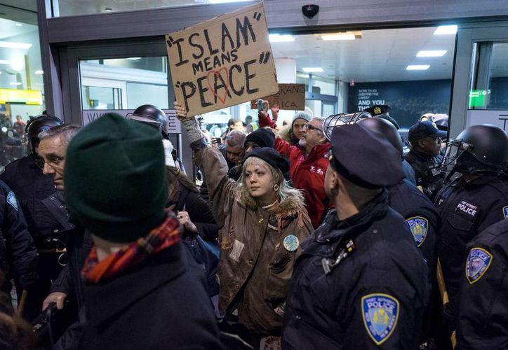 Imagen de una de las protestas en el Aeropuerto Internacional John F. Kennedy en Nueva York. (AP/Craig Ruttle)