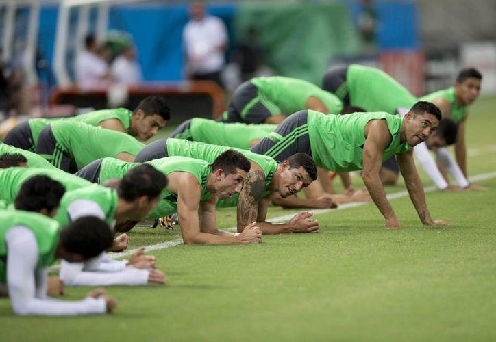 El equipo mexicano mantiene un ambiente optimista de cara a su partido contra el anfitrión Brasil. En la imagen el Tri entrena en Fortaleza. (AP)