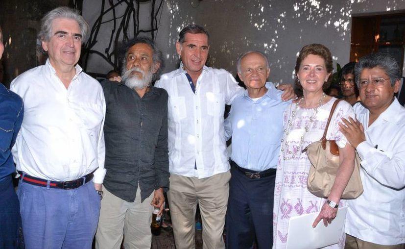 Desde la izquierda: Rafael Tovar y de Teresa, Francisco Toledo, Gabino Cué, Alfredo Harp Helú y María Cristina García Cepeda durante las donaciones del segundo al INBA. (Notimex)