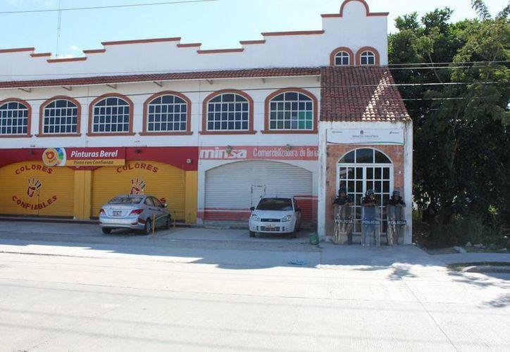 Únicamente tres elementos policíacos cuidan la entrada a las instalaciones de la SEyC. (Adrián Barreto/SIPSE)