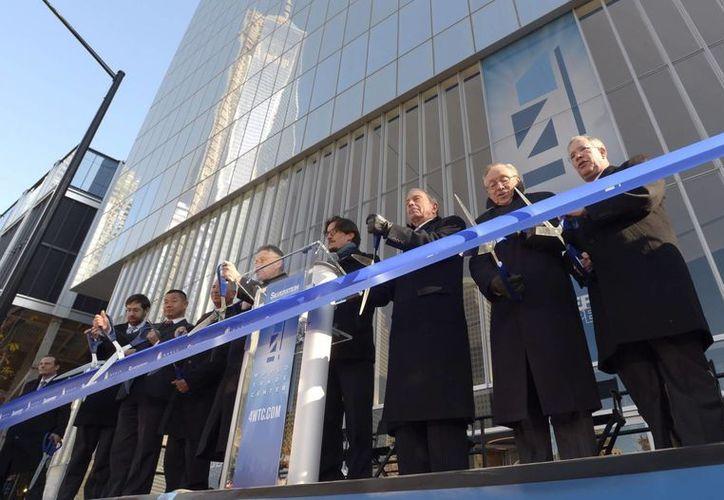 El alcalde Michael Bloomberg (3d) y el promotor inmobiliario Larry Silverstein (2d) en la inauguración del edificio del 4 World Trade Center en NY. (EFE)
