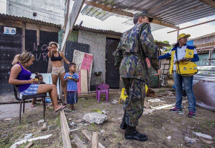 Mientras continúan las intensas acciones contra el zika en Brasilia, esta semana, el Gobierno nacional  anunció una inversión de 10.4 millones de reales (2.8 millones de dólares) para investigaciones sobre la enfermedad. (EFE)