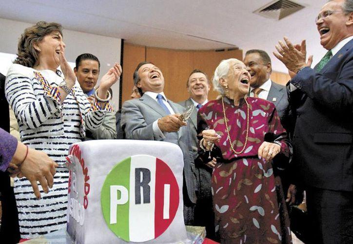 El líder priista, de buen humor en el festejo partidista de fin de año. (Octavio Hoyos)
