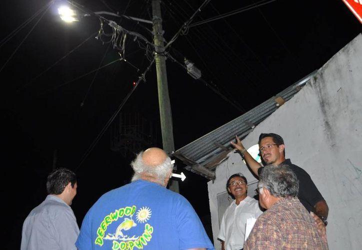 El alcalde presentó el plan para cambiar las luminarias. (Cortesía/SIPSE)