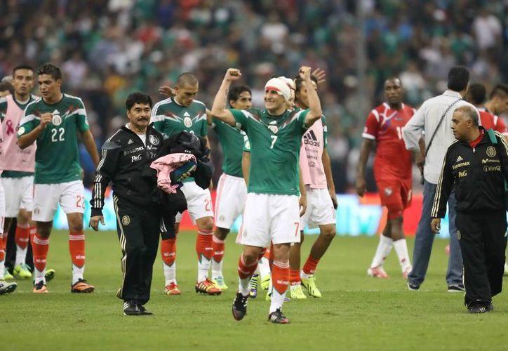 'El Chaco' Giménez (al centro) se descalabró al chocar su cabeza con la de un rival al disputar un balón por el aire. (Notimex)