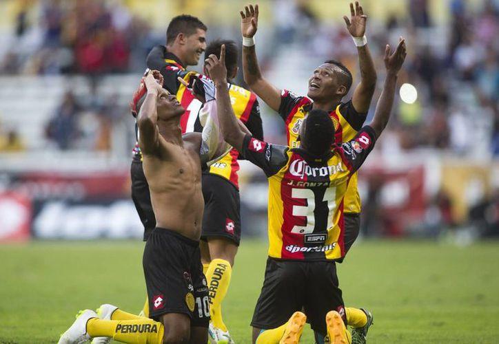 Fidel Martínez (sin camisa), máximo anotador de Leones Negros, hizo el gol con el que ganaron a Morelia para salir del fondo de la tabla porcentual. (lajornadajalisco.com.mx)