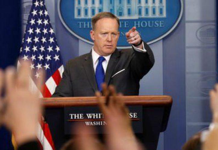 El secretario de la Casa blanca critica a los medios durante conferencia. (Reuters)