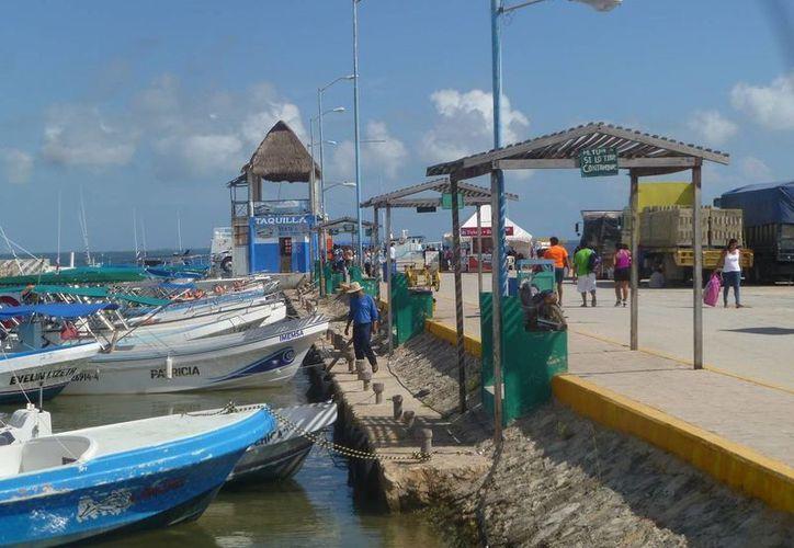 Las embarcaciones menores prestan servicio en la zona de la laguna. (Raúl Balam/SIPSE)