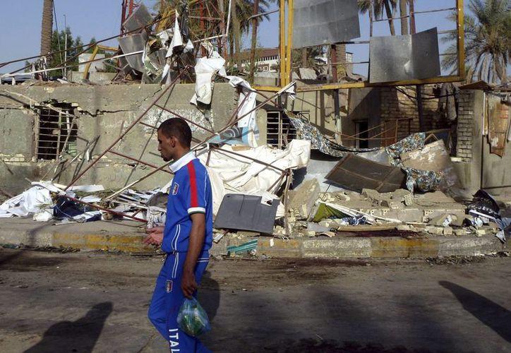 Un hombre camina por el lugar en el que un coche bomba explotó ayer lunes, en el distrito Kadhimiyah de Bagdad, Irak. EFE/Archivo