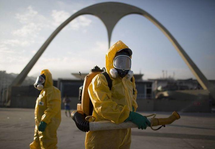 Trabajadores sanitarios fumigan el Sanbódromo en Río de Janeiro para combatir el mosquito Aedes aegypti, transmisor del zika. (Agencias)