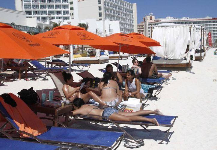Los hoteles ofrecen a los turistas como atractivo la playa del mar Caribe. (Tomás Álvarez/SIPSE)