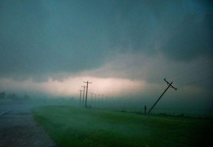 En El Reno los tornados hicieron volcar varios vehículos pesados . (Agencias)