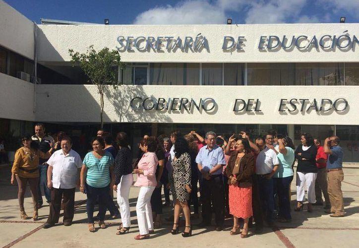 Grupo de trabajadores administrativos de la Secretaría de Educación estatal, que demandan la intervención de la Segey para que no les suspendan el pago de una 'compensación extraordinaria'. (Cortesía)