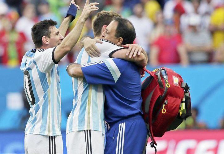 Lionel Messi (i) celebra el paso de la selección argentina a semifinales del Mundial Brasil 2014, donde se enfrentarán a su similar de Holanda. (EFE)