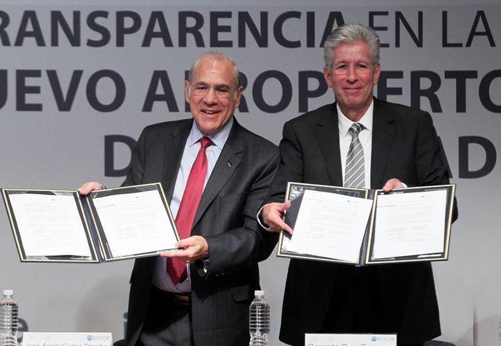 El secretario general de la OCDE, José Ángel Gurría y el secretario de la SCT, Gerardo Ruiz Esparza, durante la firma del Acuerdo de Entendimiento para Apoyar la Integridad, Transparencia y Mejores Prácticas en las Contrataciones en el Desarrollo y Construcción del Aeropuerto Internacional de la Ciudad de México. (Notimex)
