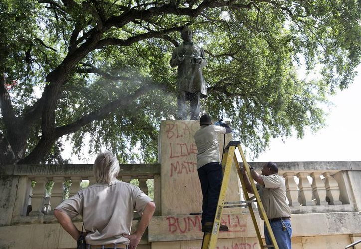 Estudiantes y profesores de la Universidad de Texas señalan que la ideología de los líderes confederados no es congruente con la de la casa de estudios. (AP)