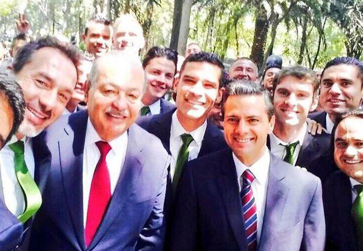 De i a d: el entrenador del León, Gustavo Matosas, el empresario Carlos Slim, el defensa Rafael Márquez y el presidente Enrique Peña, en un selfie en Los Pinos. (Twitter/@SergioBasantes1)