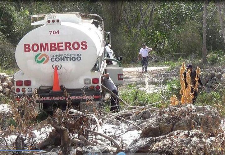 Este lunes se intentaba mantener a raya dos incendios forestales en Tulum. (Rossy López/SIPSE)