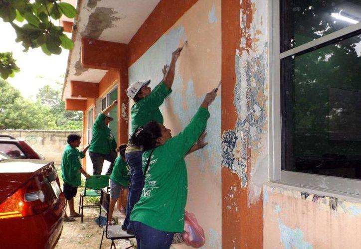 En los trabajos de empleo temporal urbano se pintan instalaciones de las secundarias del oriente y el sur de Mérida. (Milenio Novedades)
