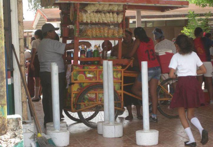Los vendedores ambulantes en Bacalar hacen caso omiso a la distancia que deben mantener de las escuelas. (Javier Ortiz/SIPSE)